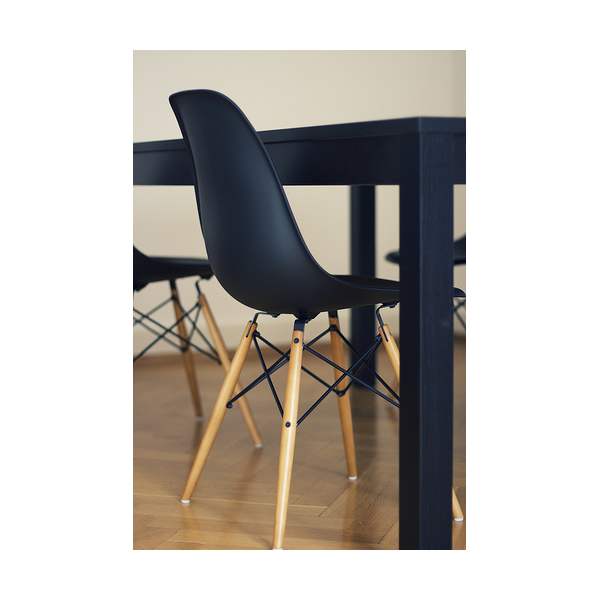 Top dsw eiffel chair eames sedia in e gambe in legno with for Tavoli di design famosi