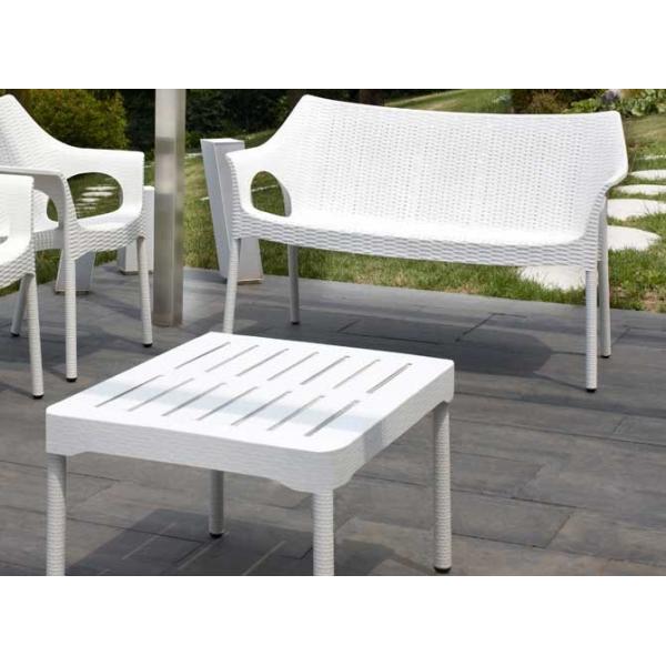 Olly tavolino con gambe in alluminio mondoarreda for Divani con gambe